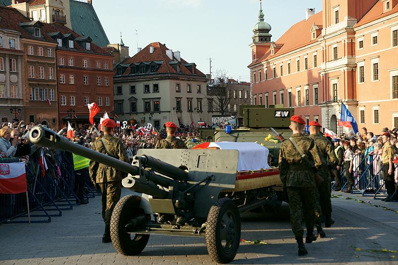 17 kwietnia - kondukt żałobny, trumna pani Prezydentowej ...
